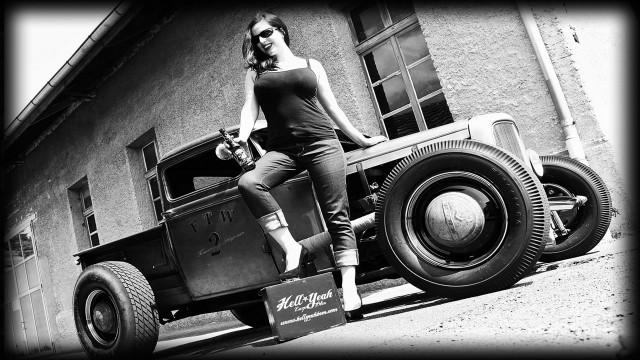 キャラ女性モノクロ車