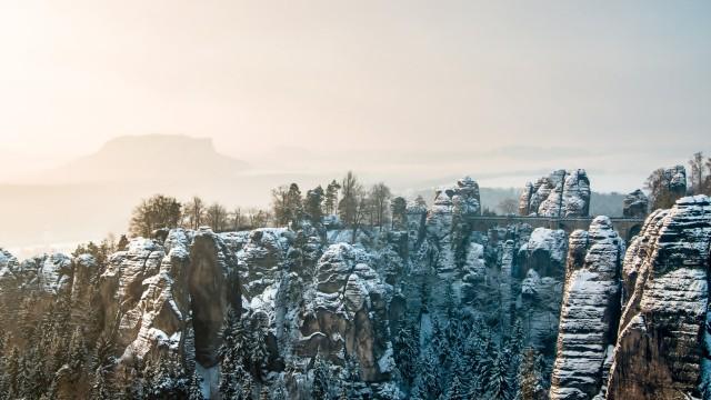 風景雪山朝日