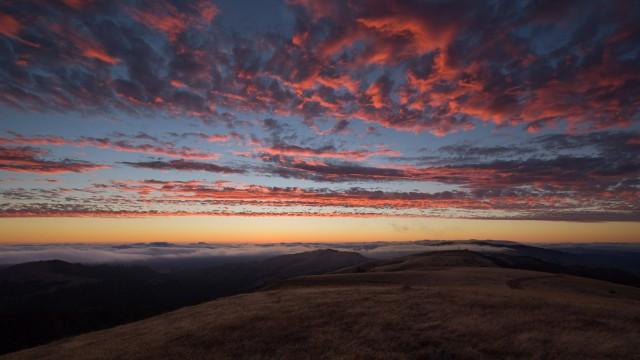 うろこ雲夕日空