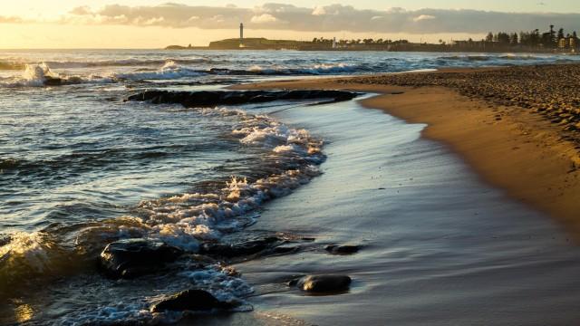 海波打ち際朝日